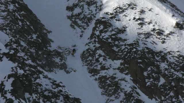 Ladies-FWQ-athlete-skiing-Hells-Half-Acre